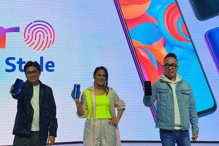 Product Manager Vivo Indonesia, Ricky Bunardi (kiri), Penyayi Sheryl Sheinafia (tengah), Senior Brand Director Vivo Indonesia, Edy Kusuma (kanan), saat memamerkan Vivo S1 Pro kepada tamu acara di peluncuran Vivo S1 Pro di Sheraton Grand Ballroom, Jakarta Selatan, Senin (25/11/2019).