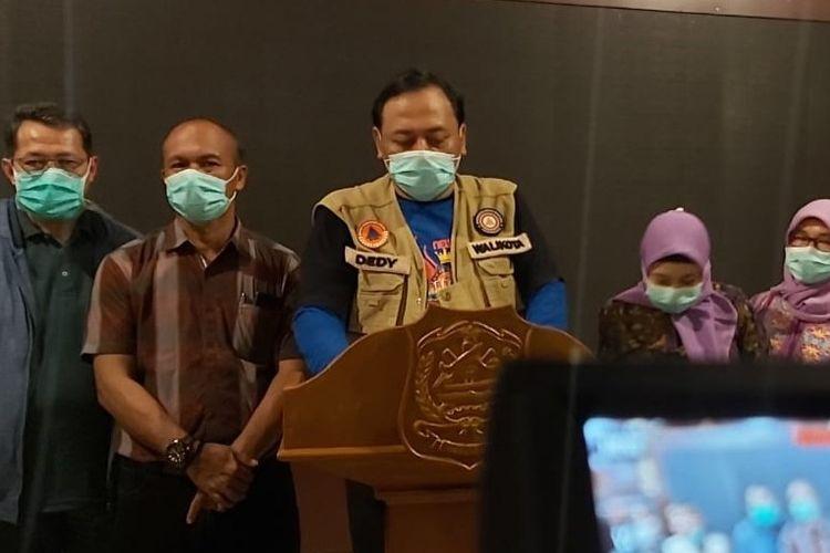 Wali Kota Tegal Dedy Yon Supriyono dan anggota Tim Gugus Tugas Penanganan Covid-19 saat konferensi pers kasus positif Covid-19, di Balai Kota Tegal, Rabu (25/3/2020).