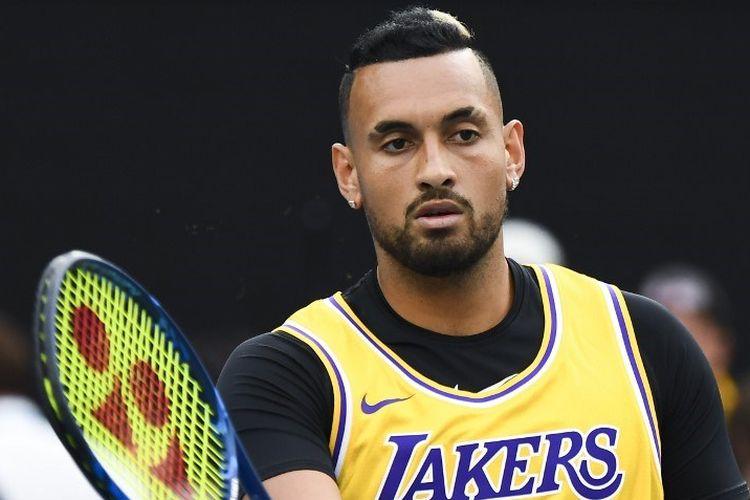 Petenis Australia, Nick Kyrgios mengenakan kaos Los Angeles Lakers dengan nomor mantan pemain bola basket Kobe Bryant menghangat untuk bermain melawan petenis Spanyol Rafael Nadal selama pertandingan tunggal putra mereka pada hari ke delapan turnamen tenis Australia Terbuka di Melbourne.