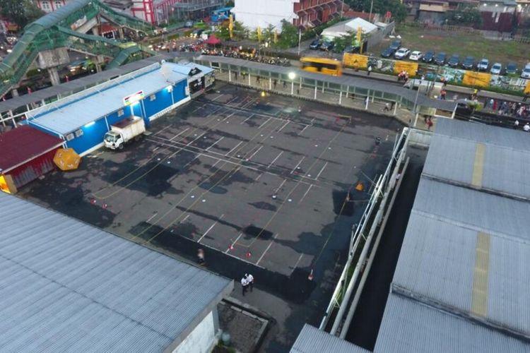 Suasana antrean penumpang KRL di Stasiun Bogor nampak lebih lengang, Senin (13/7/2020).