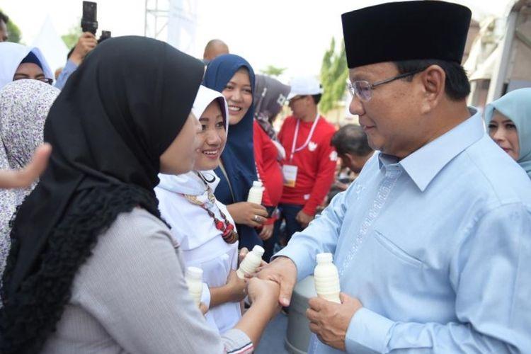 Calon presiden nomor urut 02 Prabowo Subianto saat menghadiri deklarasi Gerakan Emas atau Gerakan Emak-Emak dan Anak Minum Susu di Stadion Klender, Jakarta Timur, Rabu (24/10/2018).