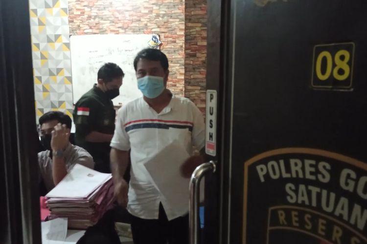 Salah satu Ormas tengah berada di ruang penyidik Mapolres Gowa, Sulawesi Selatan guba melaporkan pasutri korban penganiayaan Satpol PP terkait berita palsu akan status kehamilan korban. Kamis, (22/7/2021).