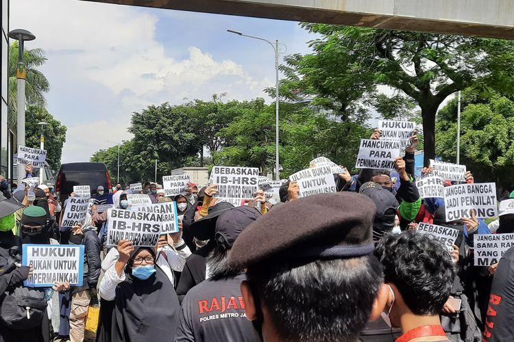 Massa simpatisan Rizieq Shihab masih bertahan di sekitar Pengadilan Negeri (PN) Jakarta Timur, Selasa (23/3/2021) siang.