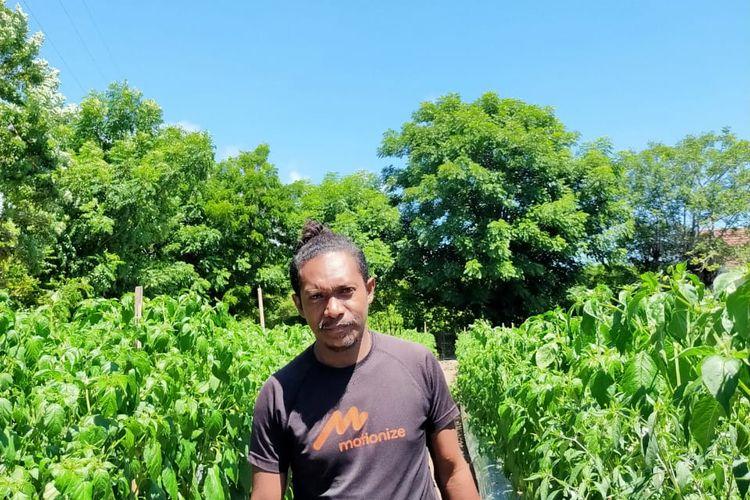 Foto : Yance Maring (30), pria asal Maumere, Kabupaten Sikka, NTT, pose di kebun holtikultura miliknya, Rabu (17/3/2021).