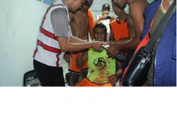 Seorang pemain PSIR Rembang mendapat perawatan karena terluka di bagian kaki dan tangan. Keributan terjadi pascalaga uji coba antara PSIM Yogyakarta melawan PSIR Rembang, Selasa (7/4/2015).