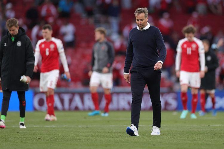 Pelatih Denmark Kasper Hjulmand berjalan keluar lapangan pada akhir pertandingan Grup B EURO 2020 antara Denmark vs Finlandia di Stadion Parken di Kopenhagen pada 12 Juni 2021.