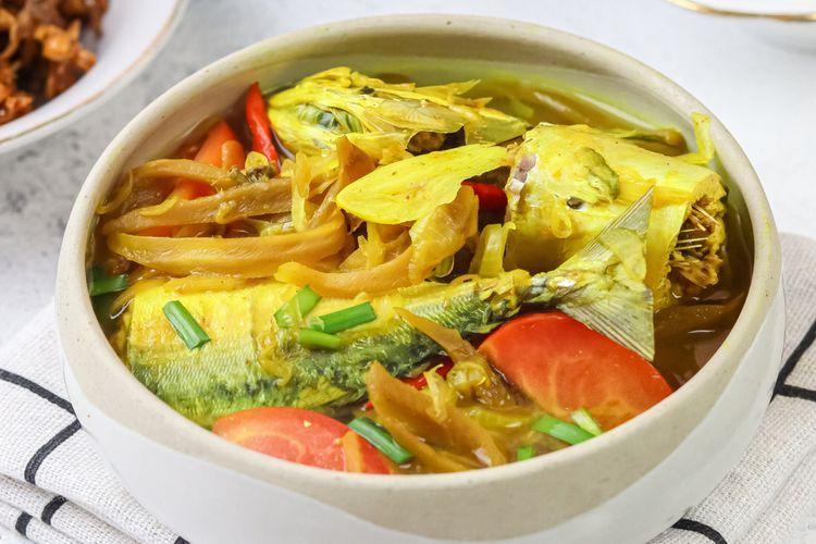 Ilustrasi bandeng palumara khas Makassar, sup ikan kuah segar.