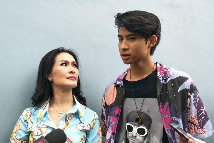 Penyanyi dangdut Iis Dahlia bersama putranya Devano Danendra saat diabadikan di gedung Trans TV, Tendean, Jakarta Selatan, Selasa (19/3/2019).