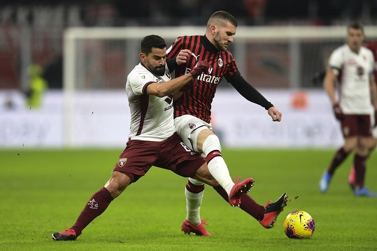 Gelandang Torino Tomas Rincon (kiri) memperebutkan bola dengan penyerang AC Milan Ante Rebic dalam laga Piala Italia (Coppa Italia) antara AC Milan vs Torino pada 28 Januari 2020 di Stadion San Siro, Milan.