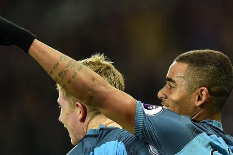 Penyerang Manchester City, Gabriel Jesus (kanan) merayakan gol dengan rekannya Kevin De Bruyne dalam pertandingan lanjutan Premier League kontra West Ham United pada 1 Februari 2017.