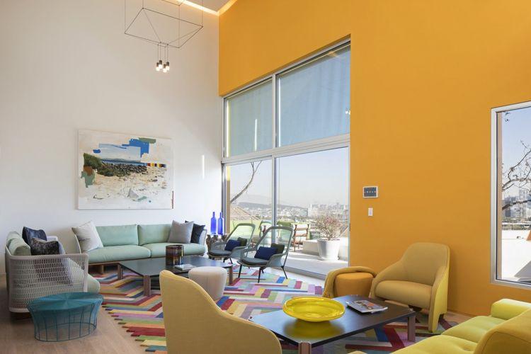 Dirancang dengan beragam warna cerah, Casa TEC 2015 berada di kota Monterrey dan dekat dengan lokasi Chipinque Ecological Park.