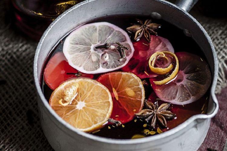 Membuat ramuan di dalam panci yang bisa menimbulkan aroma wangi.