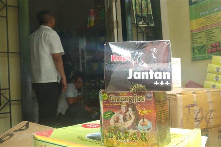 Beberapa bungkus obat dan kosmetik yang disita BBPOM Medan dalam penggrebekan di sebuah rumah di Jalan Garu III, Kelurahan Harjosari I, Kecamatan Medan Amplas, sore tadi, Kamis (18/7/2019).
