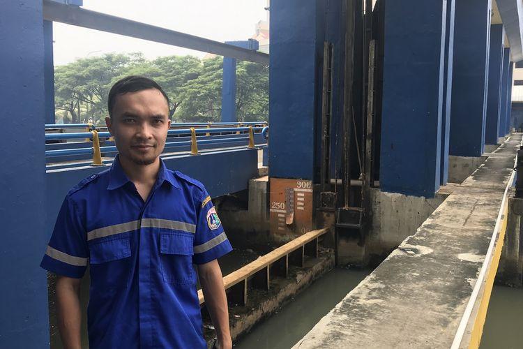 Triono salah satu Penjaga Pintu Air Marina, ditemui Kompas.com, Rabu (10/4/2019). Penjaga pintu air ibarat garda terdepan dalam melakukan pencegahan dan penanggulangan banjir di DKI Jakarta.