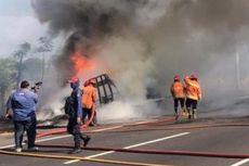 Truk Muatan Karet Terbakar di Tol Sidoarjo