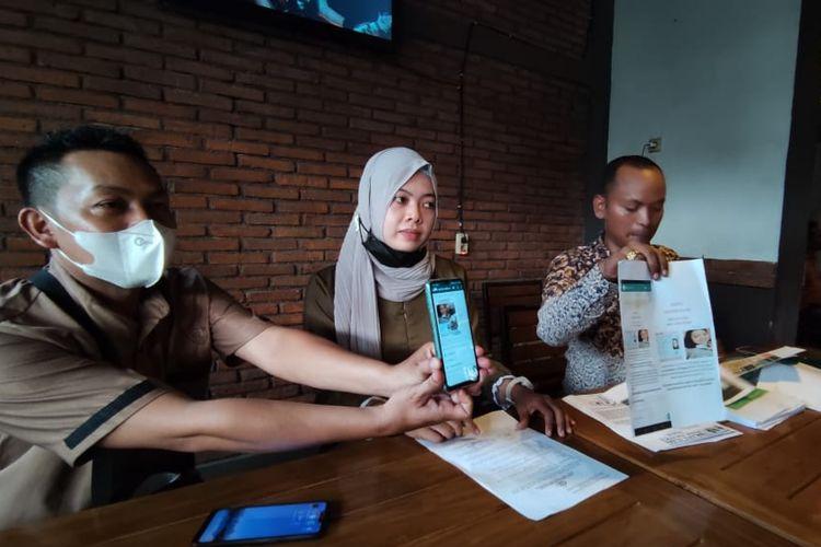 Seorang guru honorer di Kabupaten Semarang Afifah Muflihati (27) bersama kuasa hukum saat konfrensi pers, Kamis (3/6/2021).
