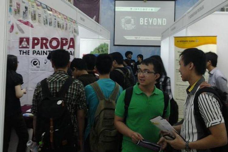 Para peserta antusias mengikuti job fair yang diadakan di gedung Function Hall, kampus Universitas Multimedia Nusantara, Serpong, Rabu (19/3/2014).