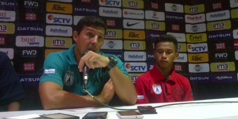 Pelatih Persipura Angel Alfredo Vera bersama Osvaldo Haay di Stadion Si Jalak Harupat, Kabupaten Bandung, Sabtu (12/11/2016). KOMPAS.com/DENDI RAMDHANI