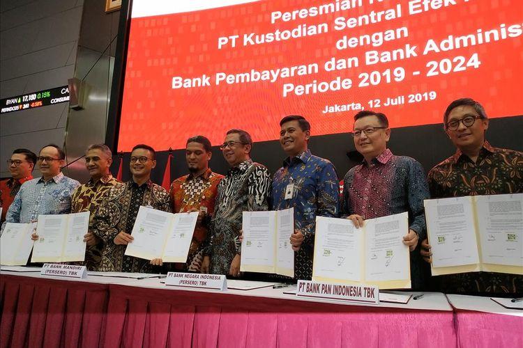Direktur Utama KSEI Uriep Budhi Prasetyo (empat kanan) bersama pimpinan bank yang menjadi peserta Bank Administrator Rekening Dana Nasabah (RDN) dan Bank Pembayaran untuk periode 2019-2024 berfoto bersama di Main Hall Bursa Efek Indonesia (BEI), Jakarta, Jumat (12/7/2019).