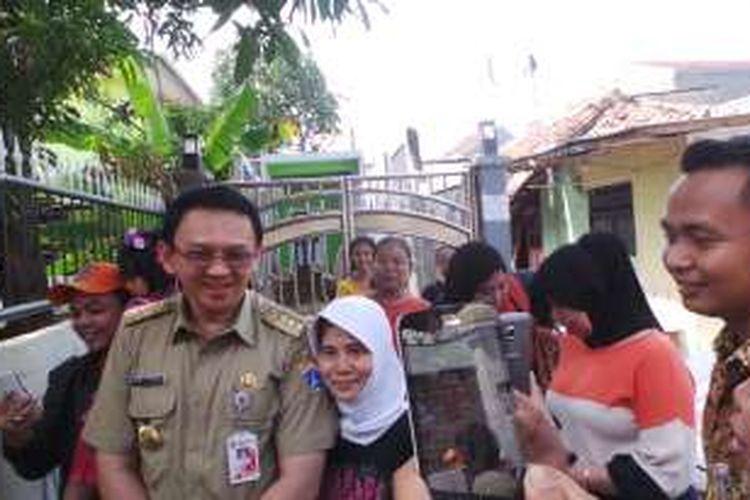 Gubernur DKI Jakarta Basuki Tjahaja Purnama saat menghampiri warga seusai peresmian sepuluh taman di Taman Jagakarsa, Selasa (9/2/2016).