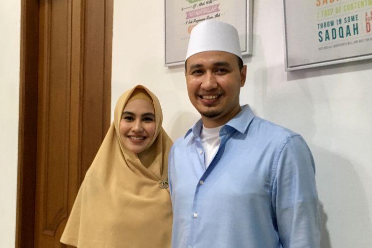 Artis peran Kartika Putri bersama suaminya, Habib Usman bin Yahya saat ditemui di kediamannya di kawasan Cinere, Jakarta Selatan, Senin (21/10/2019).