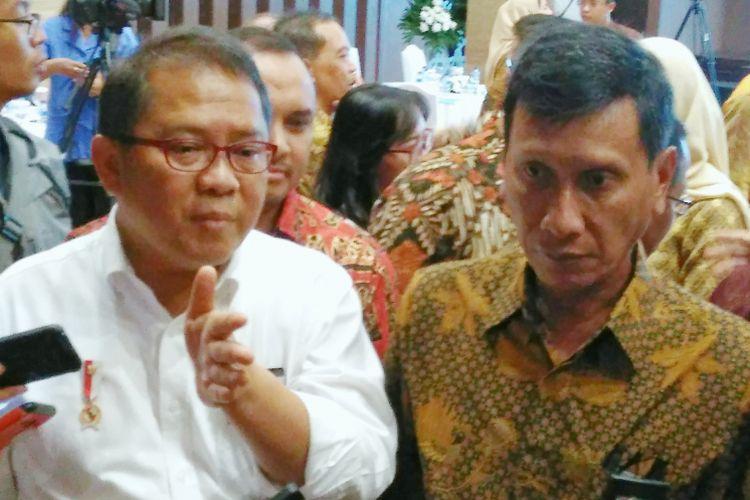 Menteri Komunikasi dan Informatika (Menkominfo) Rudiantara (kiri) dan Wakil Direktur Utama BNI Herry Sidharta(kanan) usai acara paket pembiayaan proyek Palapa Ring Timur di Kantor Kementerian Komunikasi dan Informatika, Jakarta, Rabu (29/3/2017).
