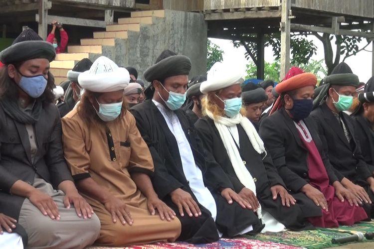 Ratusan jemaah An Nadzir di Kabupaten Gowa, Sulawesi Selatan menggelar idul fitri lebih awal yang ditetapkan pemerintah. Rabu, (12/5/20×1)