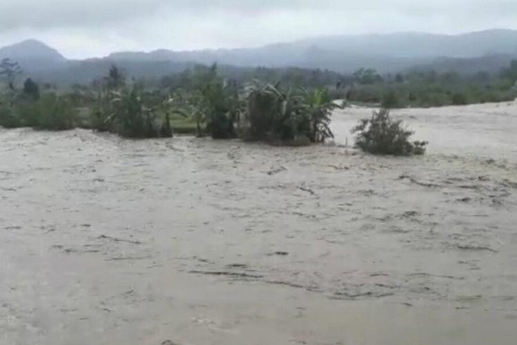 Bencana banjir akibat luapan anak Sungai Cimanuk dan longsor terjadi di sejumlah wilayah di Sumedang, Minggu (7/2/2021).