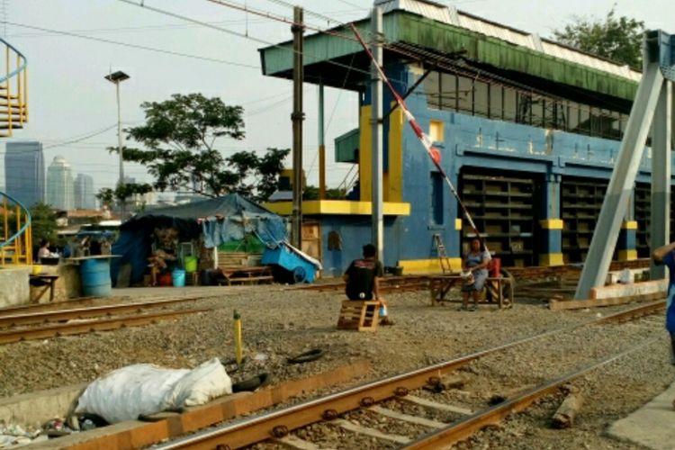 Perlintasan kereta api tak berpalang di Jalan Tenaga Listrik, Tanah Abang, Jakarta Pusat, Selasa (12/9/2017).