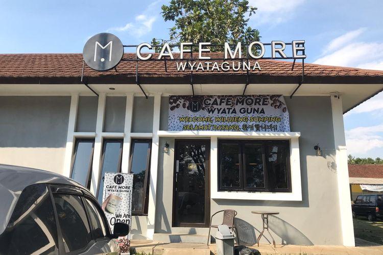 Cafe More Wyata Guna berada di Jalan Pajajaran, Kota Bandung. Cafe ini berdiri untuk memberdayakan perempuan disabilitas netra yang selama ini sulit mendapat pekerjaan.
