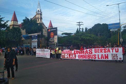 Mahasiswa Unhas Demo Tolak Omnibus Law, Jalan Depan Kampus Ditutup