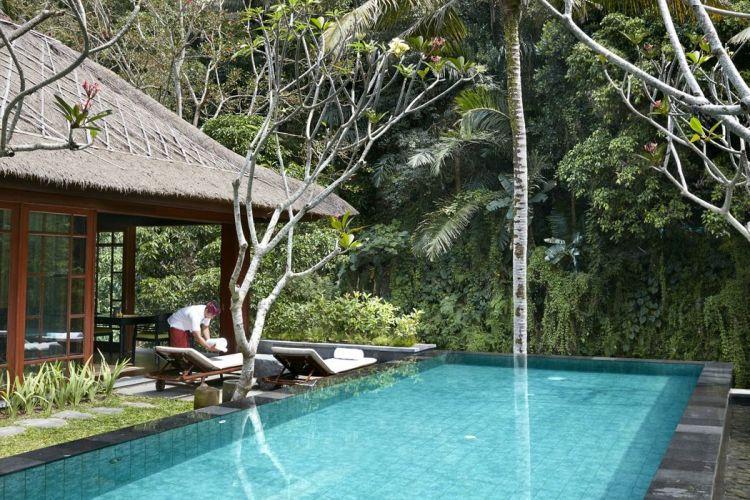 Mandapa, A Ritz-Carlton Reserve berlokasi di Jalan Kedewatan, dengan pemandangan langsung Sungai Ayung.