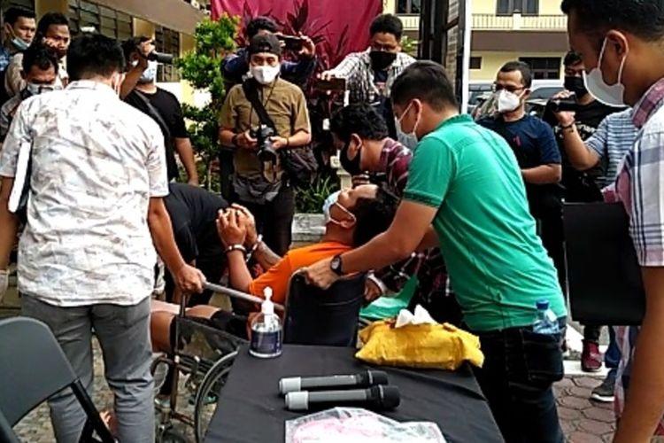 Tersangka KMS merintih saat diangkat menuju ruangan di Mapolrestabes Medan sebelum konferensi pers kasus penembakan anggota Polsek Medan Barat beberapa waktu lalu.