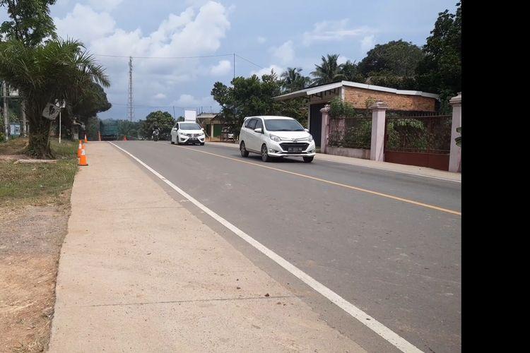 Kendaraan dari luar Jambi melewati penyekatan begitu saja di dekat perbatasan Jambi-Sumatera Selatan, pada Kamis (6/5/2021). Penyekatan dilakukan sejak pagi hingga siang dan menyuruh 5 bus dan 2 unit mobil pribadi putar balik sebelumnya.