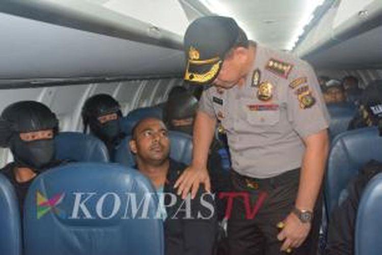 Salah satu terpidana dari duo Bali Nine, Myuran Sukumaran, saat berada di pesawat Wings Air dengan nomor penerbangan ATR-72-600 PK-WGO untuk dipindahkan ke Lapas Nusakambangan, Rabu (4/3/2015). Pesawat pembawa terpidana mati ini dikawal dua pesawat Sukhoi dan dua pesawat F-16.