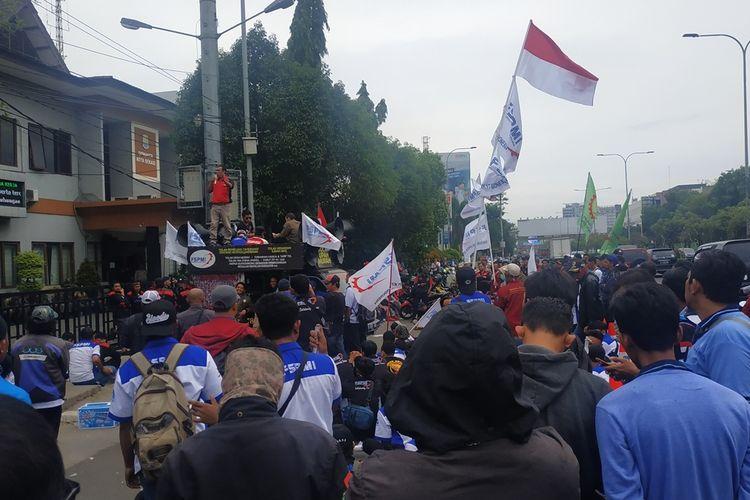 Ratusan orang dari beragam serikat buruh mengawal rapat lanjutan pembahasan final upah minimum kota (UMK) Bekasi 2020 yang diselenggarakan di kantor Dinas Ketenagakerjaan Kota Bekasi, Bekasi Selatan, Kamis (14/11/2019) siang.