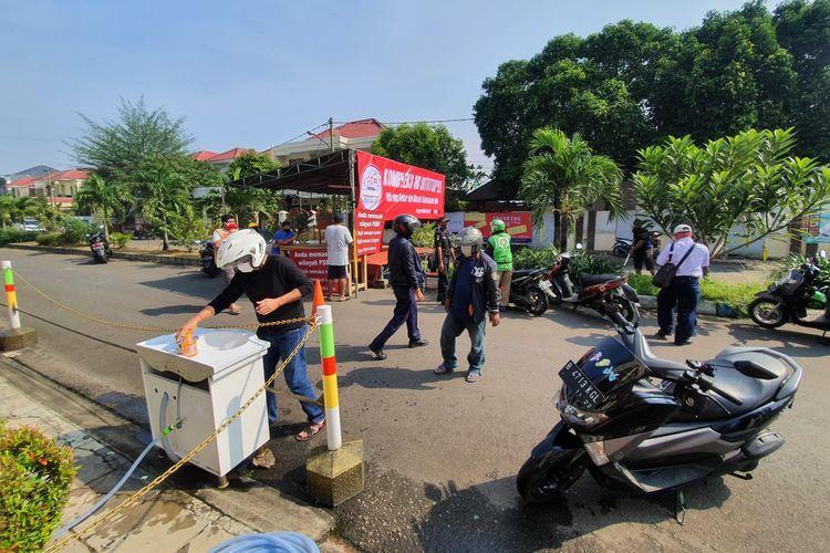 Warga kompleks perumahan Villa Galaxy membatasi keluar masuk orang pada hari pertama penerapan PSBB di Kota Bekasi (15/4/2020).