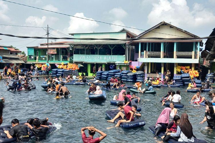 Wisata pemandian Cikoromoy di Kabupaten Pandeglang, Banten kembali dibuka untuk wisatawan setelah sebelumnya sempat ditutup pada Minggu (16/5/2021).