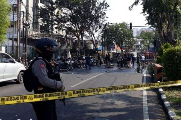 Tim dari kepolisian mensterilkan area Gereja Pantekosta Pusat Surabaya Jemaat Sawahan, Jalan Arjuna Surabaya pasca ledakan pada Minggu (13/5/2018)