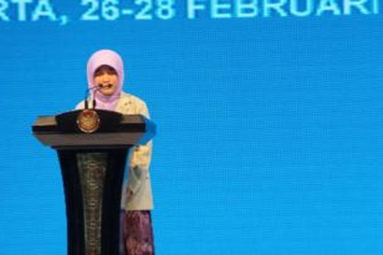 Penerima beasiswa Bidik Misi dari Kementerian Pendidikan dan Kebudayaan, Birrul Qodriyah saat memberikan testimomi dalam acara silaturahmi dengan Presiden Susilo Bambanh Yudhoyono di Hotel Bidakara, Rabu (27/2/2014).