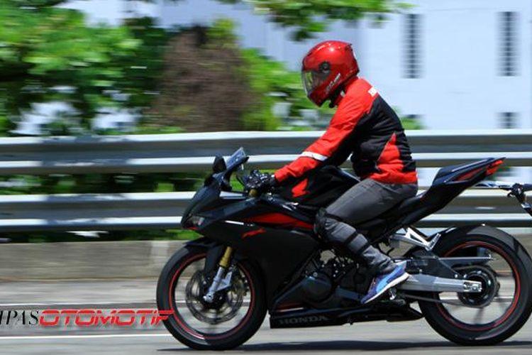 Posisi berkendara Honda CBR250RR yang cukup nyaman untuk riding dalam kota.