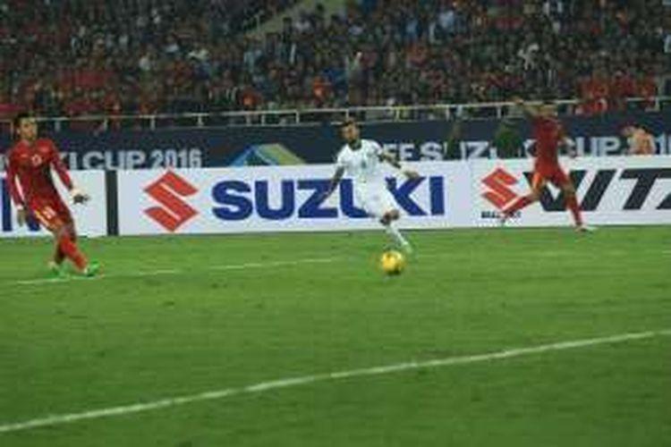 Aksi gelandang timnnas Indonesia, Stefano Lilipaly, pada pertandingan semifinal kedua Piala AFF 2016 melawan Vietnam pada Rabu (6/12/2016).