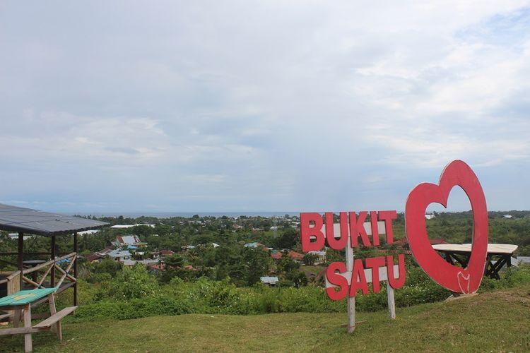 Obyek wisata Bukit Satu Hati di Pulau Biak, Papua Barat. Dari Bukit Satu Hati, wisatawan bisa melihat landmark Kota Biak seperti Bandara Frans Kaisiepo,  Lanud Manuhua, dan Pelabuhan Laut Biak Kota.