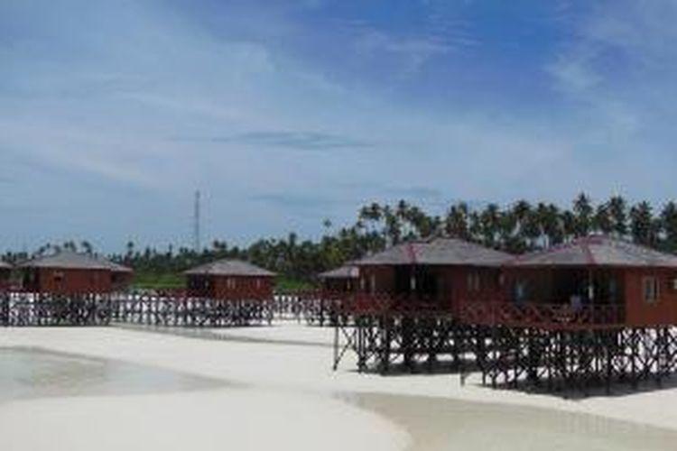 Pemandangan tampak indah di Pulau Maratua di kawasan Kepulauan Derawan, Kabupaten Berau, Kalimantan Timur, Rabu (18/9/2013), ketika air laut surut. Resor berdiri di atas pasir putih nan bersih.