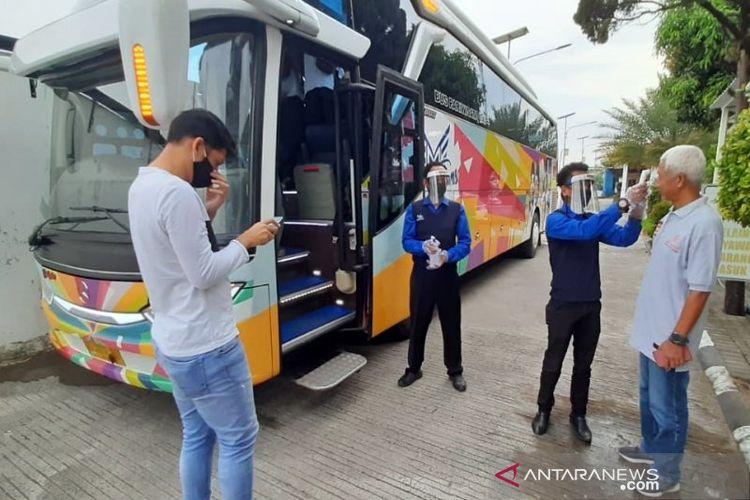 Salah seorang penumpang Transbuck Bus Cafe saat akan masuk bus dengan protokol kesehatan COVID-19, di  Garasi Mata Trans Solo Jalan Adi Sucipto 89 Solo, Sabtu petang (20/6/2020).