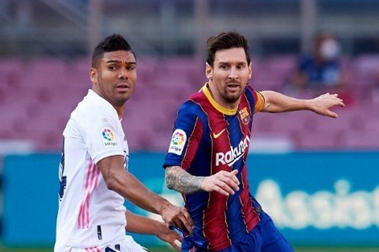 Casemiro dan Lionel Messi berduel dalam partai El Clasico antara Barcelona vs Real Madrid di Camp Nou, Sabtu (25/10/2020).
