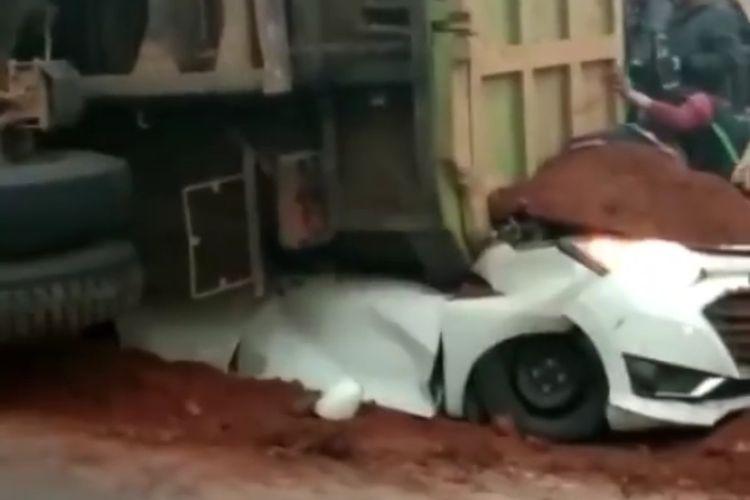 Truk tanah menimpa mobil sigra putih, empat orang meninggal dunia.