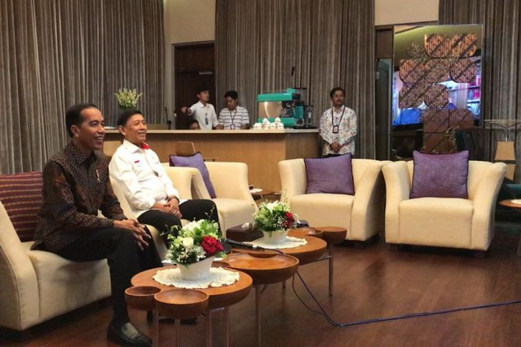 Presiden Joko Widodo menggelar konferensi video dengan Presiden ke-3 RI B.J Habibie, Senin (14/1/2019).