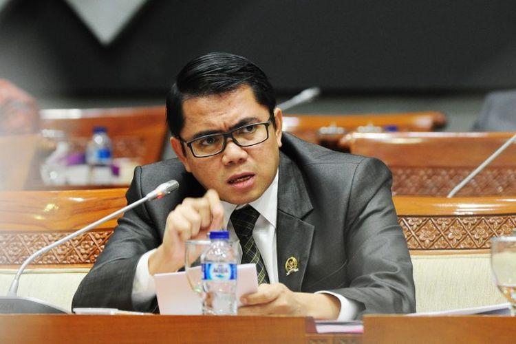 Arteria Dahlan, Deputi Penerangan Masyarakat untuk Satgas Covid-19 DPR RI memberikan keterangan pers terkait tiga aksi nyata Satgas Covid-19, Minggu (19/4/2020)