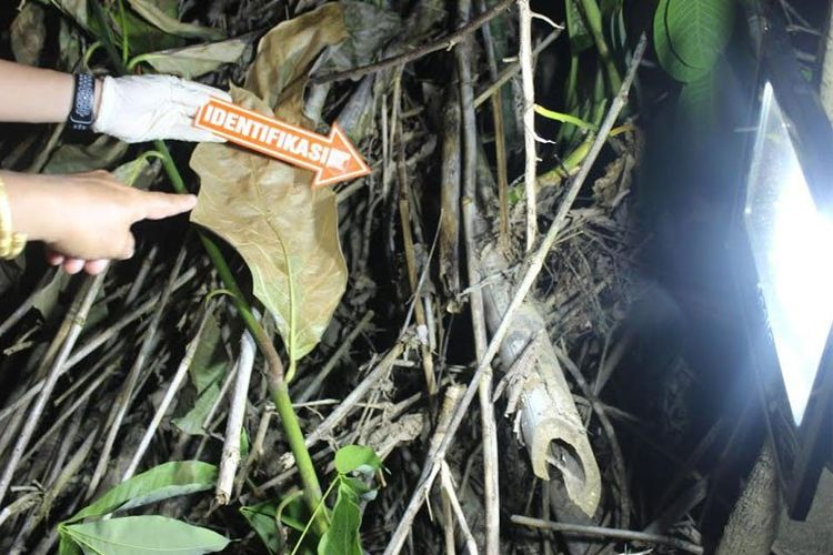 Polisi melakukan olah TKP penemuan mayat bayi laki-laki di Desa Bintang Ninggi II, Kecamatan Teweh Selatan, Minggu (24-5-2020). ANTARA/HO-Satreskrim Polres Barito Utara